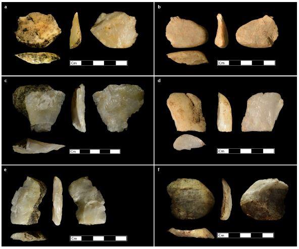 Foto 2: Lascas Completas, descartados durante o processo de martelamento pedra com pedra. Fonte: Proffitt, T. et al. Wild monkeys flake stone tools. Nature, 2016